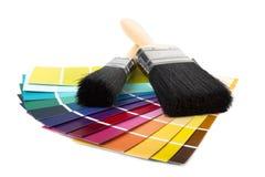 Escova de pintura e multi swatches coloridos Fotografia de Stock Royalty Free