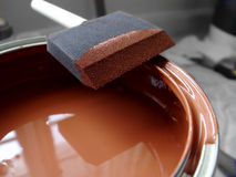 A escova de pintura e pode Imagens de Stock