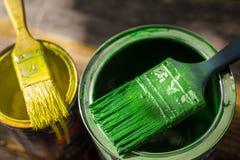 A escova de pintura e pode close up Imagem de Stock Royalty Free