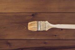 Escova de pintura em um fundo de madeira Imagens de Stock