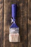 Escova de pintura em uma placa de madeira Imagens de Stock