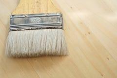 Escova de pintura lisa ou escova dos decoradores na tabela Imagens de Stock