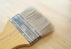 Escova de pintura lisa ou escova dos decoradores na tabela Imagens de Stock Royalty Free