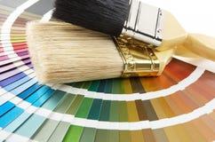 Escova de pintura na carta de cor fotografia de stock