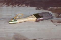 Escova de pintura na tabela de madeira Fotos de Stock