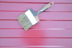 Escova de pintura no vermelho marrom do telhado imagens de stock royalty free
