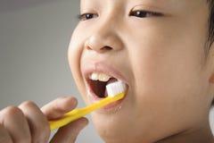 Escova do menino os dentes imagens de stock royalty free