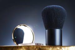 Escova e espelho Fotos de Stock Royalty Free