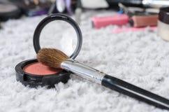 Escova e pó cosméticos Fotografia de Stock Royalty Free