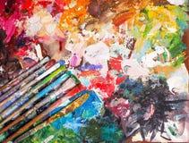 Escova e paleta brilhante da óleo-pintura para o fundo Imagem de Stock