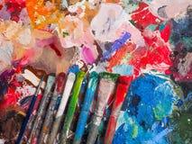 Escova e paleta brilhante da óleo-pintura para o fundo Imagem de Stock Royalty Free