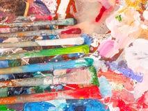 Escova e paleta brilhante da óleo-pintura para o fundo Fotos de Stock Royalty Free