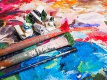 Escova e paleta brilhante da óleo-pintura para o fundo Foto de Stock Royalty Free