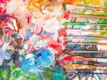 Escova e paleta brilhante da óleo-pintura para o fundo Fotografia de Stock Royalty Free