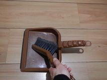 Escova e showel plásticos para a limpeza home foto de stock