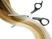 Escova e tesouras de cabelo no cabelo do destaque Imagem de Stock