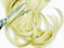 Escova e tesouras de cabelo no cabelo louro Imagens de Stock