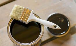 Escova no banco com pintura preta Fotos de Stock Royalty Free