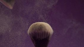A escova para a base tonal agita o pó de uma escova macia filme