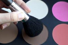 Escova perto de uma paleta cosmética Fotografia de Stock