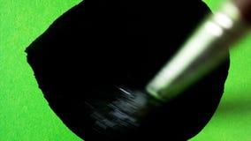 A escova pinta uma tela verde video estoque