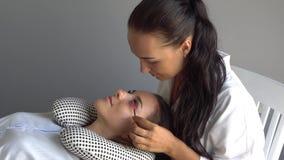 A escova profissional do mestre do chicote modela as pestanas Extensão da pestana no estúdio da beleza vídeos de arquivo