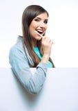 Escova toothy da posse do retrato da jovem mulher Fotografia de Stock Royalty Free
