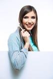 Escova toothy da posse do retrato da jovem mulher Fotos de Stock Royalty Free