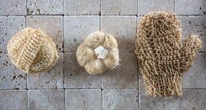 Escovadela e esfoliação secas com grupo de esponjas naturais da bucha foto de stock royalty free