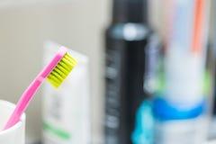 Escovando os dentes: Escova de dentes no banheiro fotografia de stock royalty free