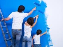 Escovando a parede por povos Fotografia de Stock