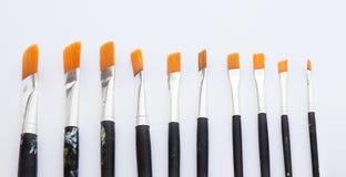 Escovas alinhadas para representar escolhas na arte foto de stock royalty free