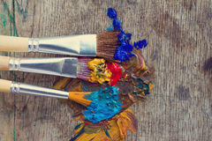 Escovas artísticas em uma pintura colorida pronta para o trabalho Fotografia de Stock Royalty Free