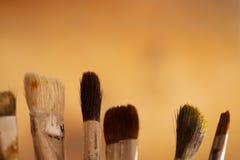 Escovas artísticas na oficina Escova o artista em um fundo borrado sumário no estúdio para artistas Imagens de Stock