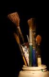 Escovas da arte em um frasco fotos de stock royalty free