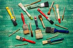 Escovas da composição com as escovas de pintura no fundo de madeira Configuração lisa Fotos de Stock