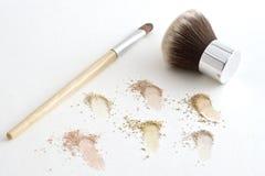 Escovas da composição e pó mineral imagens de stock