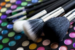 Escovas da composição e   sombras para os olhos Imagens de Stock