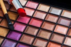 Escovas da composição e sombras para os olhos coloridas da composição Imagem de Stock