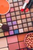 Escovas da composição e sombras para os olhos coloridas da composição Fotos de Stock