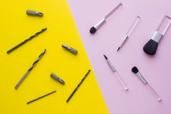 Escovas da composição em bocados do fundo e de broca do rosa pastel no fundo amarelo Foto de Stock Royalty Free