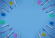 Escovas de dentes coloridos em um fundo azul com espa?o da c?pia fotografia de stock royalty free