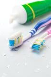 Escovas de dentes e dentífrico Fotografia de Stock Royalty Free