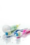 Escovas de dentes e dentífrico Foto de Stock