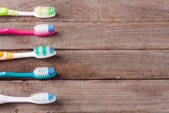 Escovas de dentes manuais na opinião superior do fundo de madeira velho Fotos de Stock