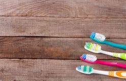 Escovas de dentes manuais na opinião superior do fundo de madeira velho Imagens de Stock Royalty Free