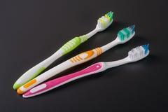 Escovas de dentes manuais na opinião superior do fundo escuro Foto de Stock Royalty Free