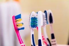 escovas de dentes perto do espelho, alvejante dos dentes, higiene oral imagens de stock