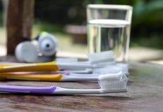 Escovas de dentes velhas na tabela de madeira, uso e desgaste da escova de dentes do conceito Fotos de Stock Royalty Free