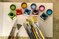 Escovas de pintura, pintura acrílica em um Livro Branco para tirar Imagens de Stock Royalty Free